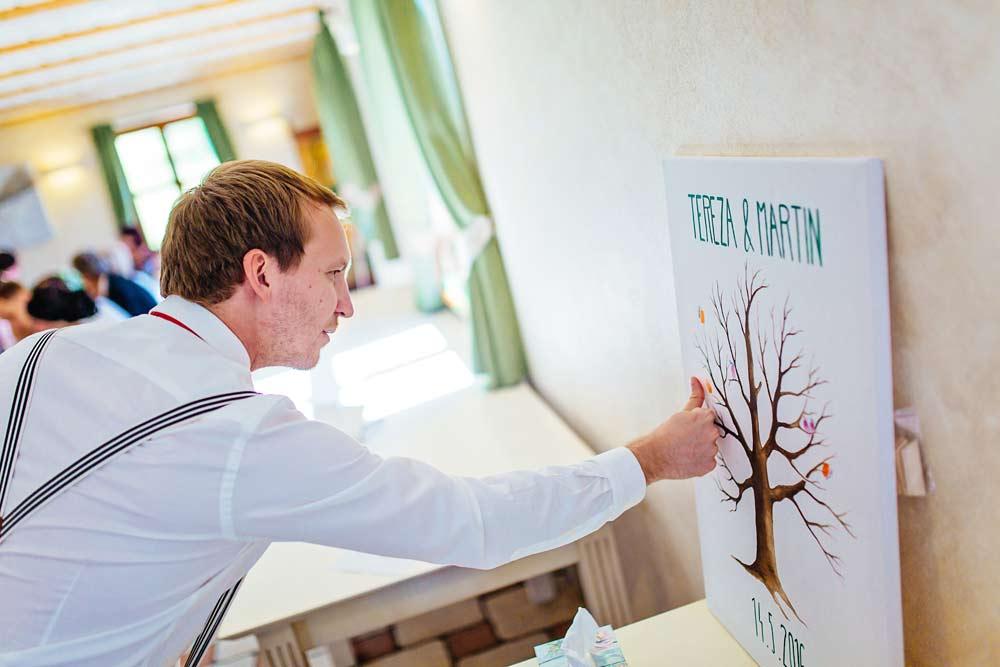 Host tiskne otisk na svatební strom